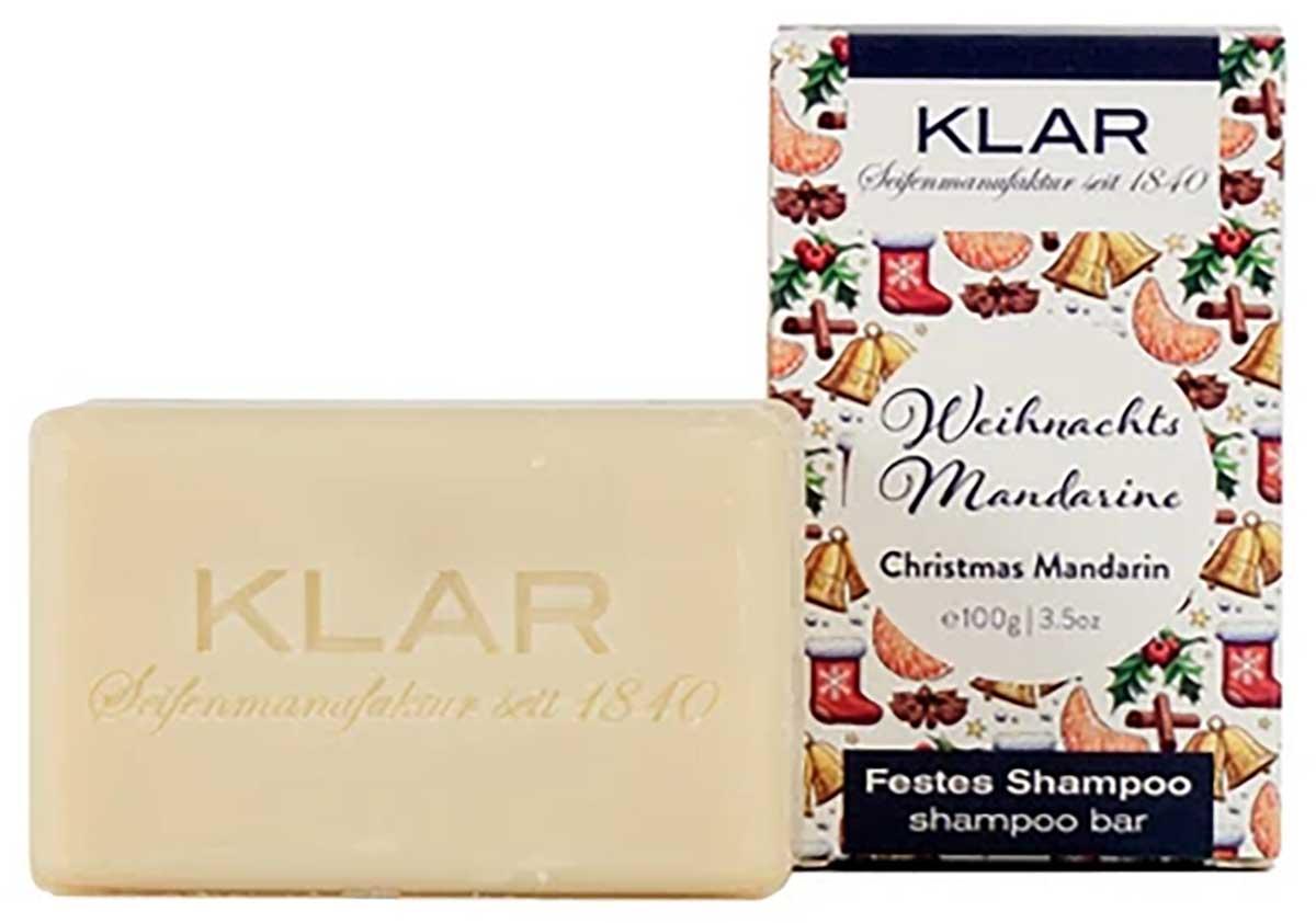 KLAR's festes Weihnachtsshampoo umhüllt Sie mit einem Duft von süßen Mandarinen und Gewürzen. Obendrauf verleiht es Ihrem Haar eine Extraportion Geschmeidigkeit.