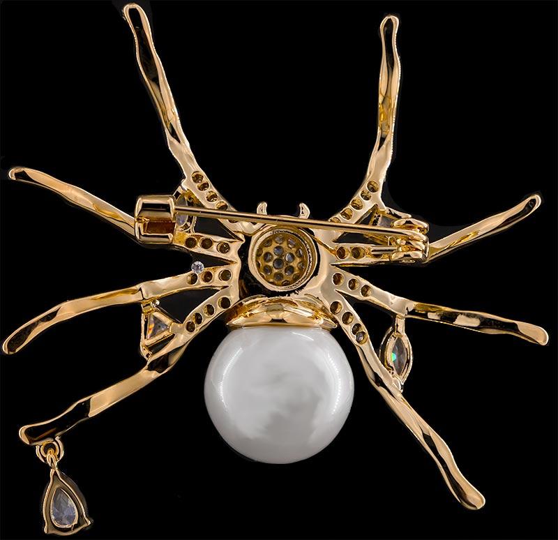 Brosche Spinne goldfarben mit Perle als Körper und vielen weissen Strass Steinen BR046 unten