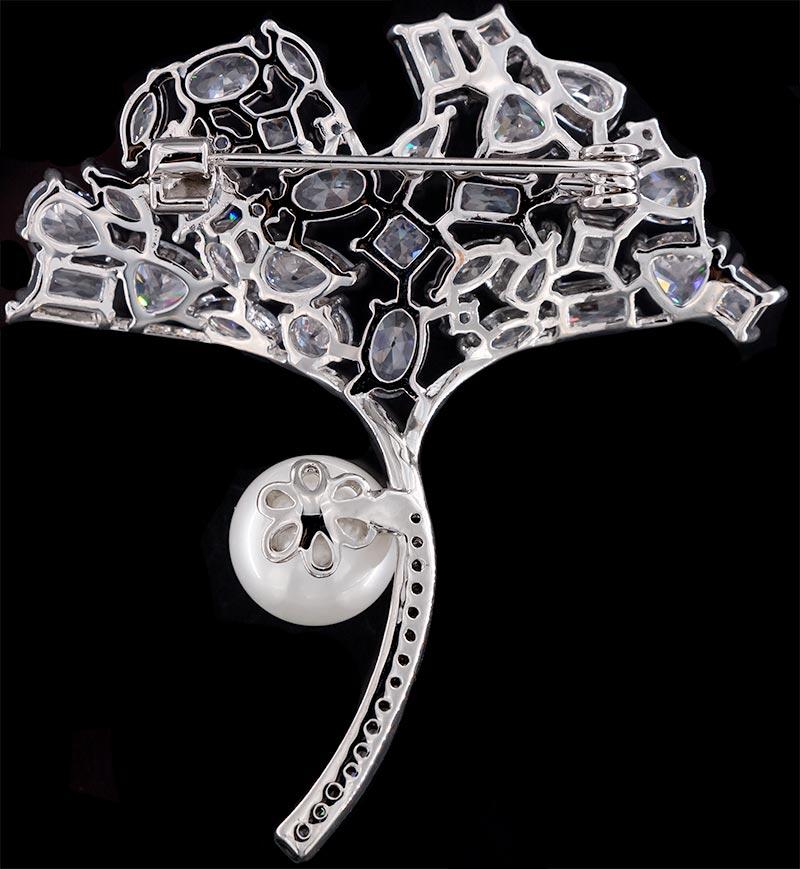 Brosche Blumenstrauß silberfarben mit einer Perle und vielen weissen Strass Steinen BR043 unten