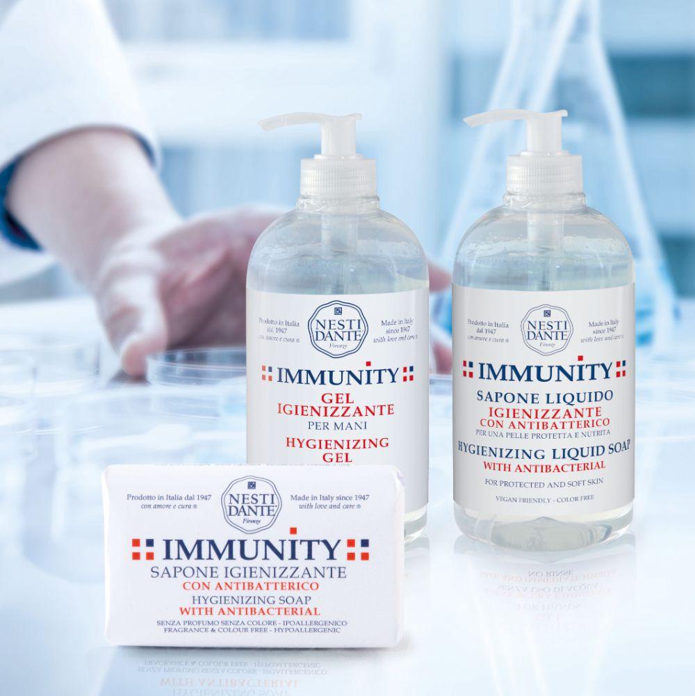 NESTI DANTE IMMUNITY - Antibakterielle Seife reinigt und desinfiziert die Hände dank der mechanischen Entfernung von Schmutz und Bakterien gründlich. Ohne Farb- und Duftstoffe Trocknet die Haut nicht aus Hypoallergen Vegan Wirkstoff: Benzalkoniumchlorid 0,10%