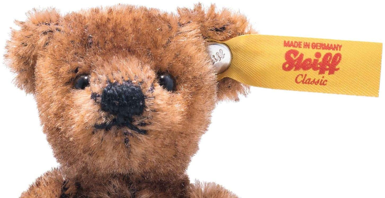 """Steiff Miniatur Teddybären vereinen die Eigenschaften der """"Großen"""" in zierlichen Modellen. Kreativ gruppiert, wirken sie einzeln ebenso wie als Ensemble. Der 9 cm große, 5-fach gegliederte Steiff Mini Teddybär aus feinstem, dunkelbraunem Mohair besitzt große, ausdrucksvolle Augen, eine gestickte Nase, Sohlen aus Filz und einen Edelstahl """"Knopf im Ohr"""". Seine Gliedmaßen sind liebevoll gestaltet – den Blick leicht nach oben gerichtet, scheint er zu sinnieren."""