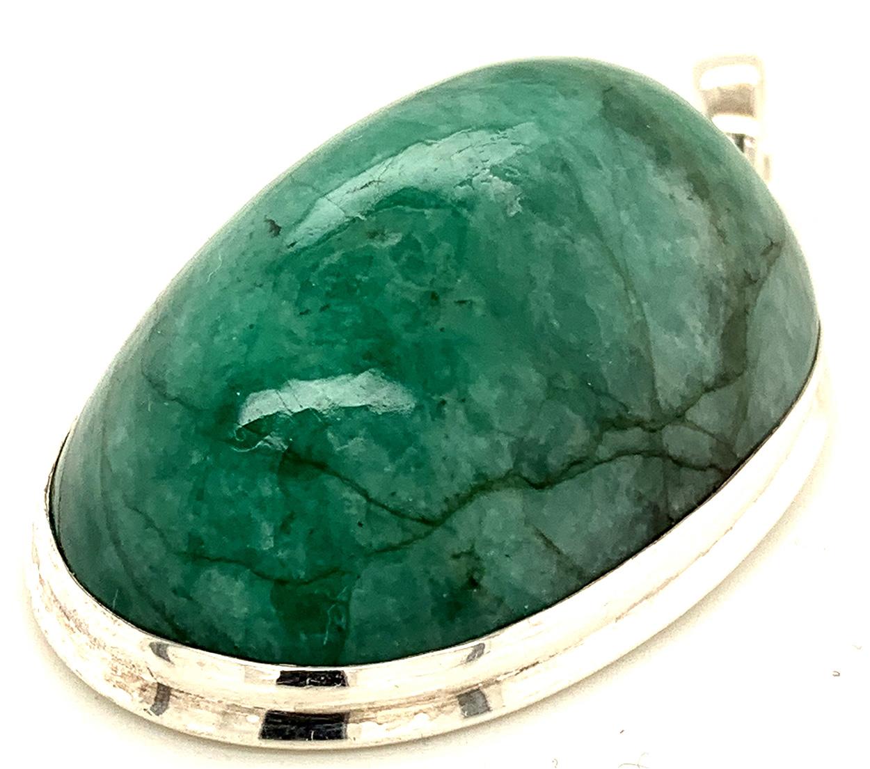 Sehr prunkvoller Anhänger mit einem großen, tropfenförmigen Smaragd in 925 Sterling Silber gefaßt. Gesamtgewicht inkl. Fassung in 925 Sterling Silber ca. 29 Gramm oder 144 ct. Selbstverständlich mit unserem Steinzertifikat. Der Smaragd gilt als edelster Stein der Beryll-Gruppe.