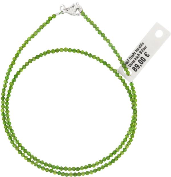 • Chromdiopsid Halskette ca. 45cm 1-1.5mm facettiert auf Schmuckdraht mit 925 Silber Karabiner-Verschluss • Chromdiopsid erhält die grüne Farbe durch Einlagerung von Chrom. Hier auf Schmuckdraht gezogen und mit 925 Silber Karabiner Verschluss versehen. • Das Schmuckstück wird in unserem Hause komplettiert. • Selbstverständlich erhalten Sie Ihre elegante Chromdiopsid Kette aus unserem Haus sowohl mit dem originalen Etikette als auch mit einem original Schmuck-Zertifikat. • Durch den handgefertigten Schliff erhält die Kette Ihre geheimnisvolle Brillanz und Strahlkraft. Selbstverständlich ist jede Kette in Unikat für sich. • Durchmesser ca. 1-1.5mmmm, Länge ca. 45 cm. • Der dünne, verwendete Schmuckdraht unterstütz die Form und die Kette passt sich perfekt der Hals Form an. Egal was immer Sie tragen, ob elegant, sportlich oder festlich. Chromdiopsid harmoniert immer mit Ihrer Garderobe. • Schließe in 925 Silber • Chromdiopsid ist ein Naturstein. Wir verkaufen hier keine Plastik- oder Glasperlen. Daher ist es auch völlig normal, wenn nicht alle Steine absolut identisch sind. Auch kleine Vertiefungen könne vorkommen uns sind kein Mangel.