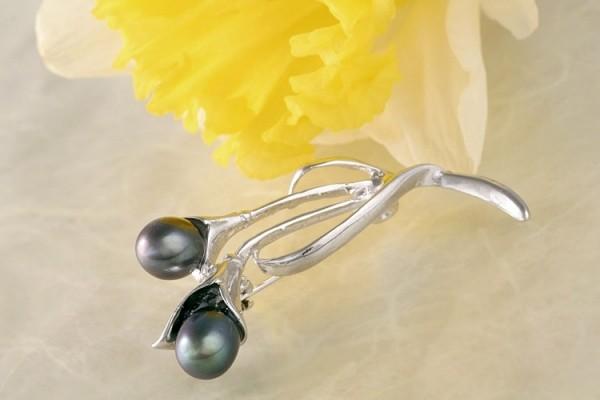 STELYNA Exquisite Brosche P305 Blume mit 2 Süßwasserperlen Oval anthrazit mit einem geheimnisvollen