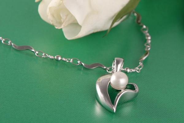Perlenkette Herzanhänger mit Süßwasserzuchtperle weiß versilbert rhodiniert