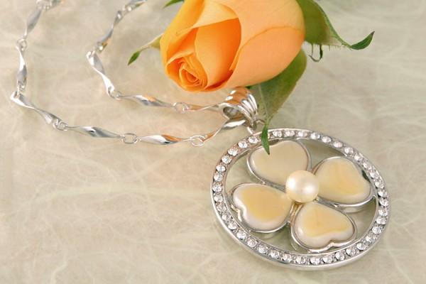 Perlenkette Anhänger Kleblatt aus Herzen Perlmutt und Zuchtperle mit vielen Straßsteinen P232 MOP