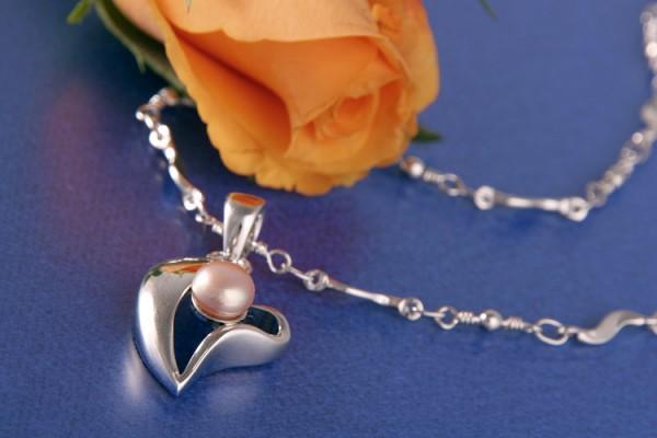 Perlenkette Herzanhänger mit Süßwasserzuchtperle Lachsfarben Roseversilbert rhodiniert
