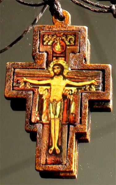 Holzkreuz Motiv Kreuzigung an Lederband Oberammergau