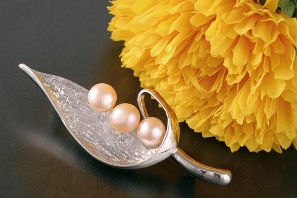 Brosche Süßwasser P297 Zucht Perlen 3-Perlen Lachsfarben 6-7mm Apricot