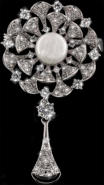 Brosche Blüte silberfarben mit einer Perle und vielen weissen Strass Steinen BR021