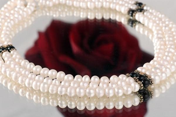 Echtes Zucht-Perlen-Collier dreireihig m.Onyx weiss/schwarz Schnappverschluss goldfarben P433